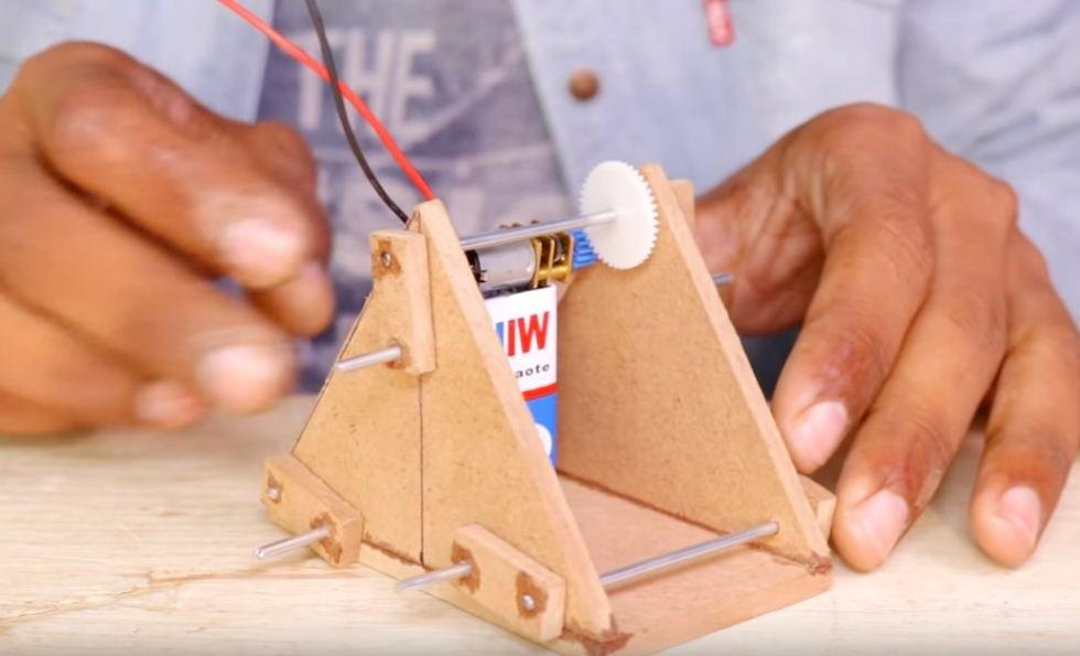 Как сделать шагающего робота-игрушку