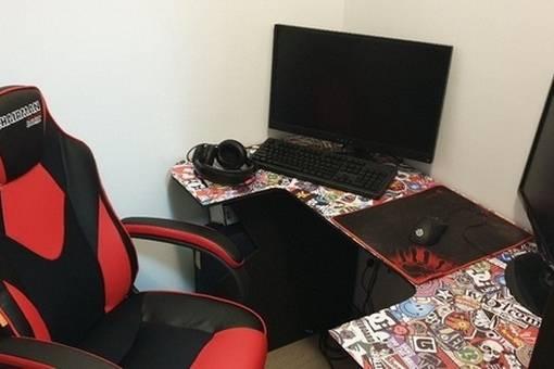 Бюджетный самодельный компьютерный стол из osb-плит.