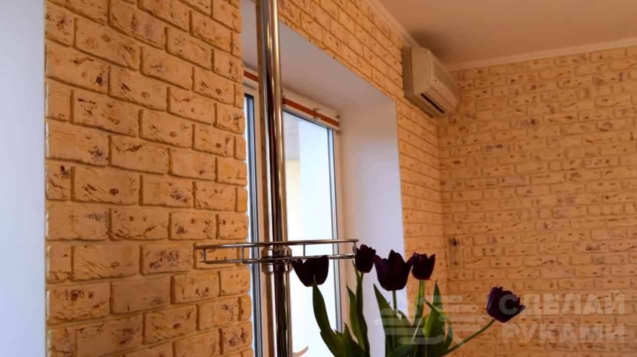 Простой способ, как обновить декоративный кирпич на стене