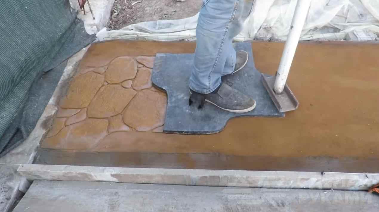 Садовая дорожка из декоративного печатного бетона.