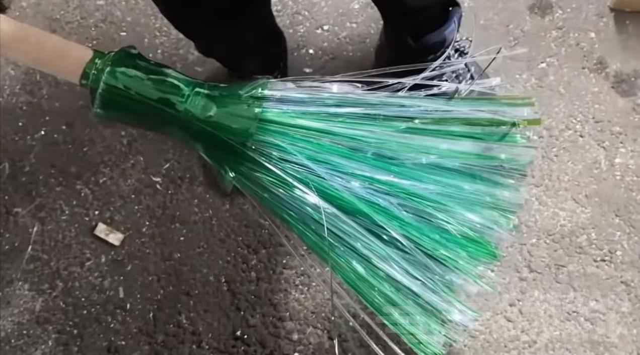 Как сделать классную метлу из пластиковых бутылок.