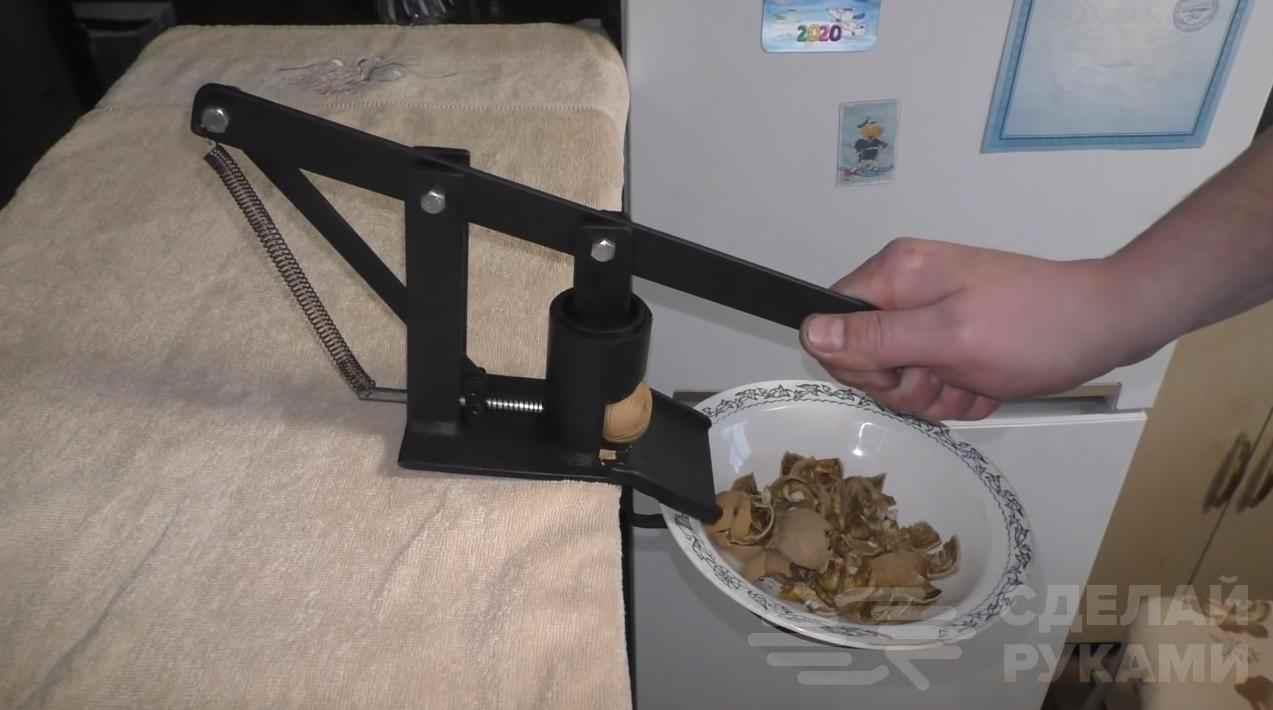 Самодельный полуавтоматический станочек для колки орехов.
