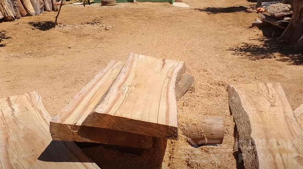 Классная деревянная скамейка на дачу из бревна