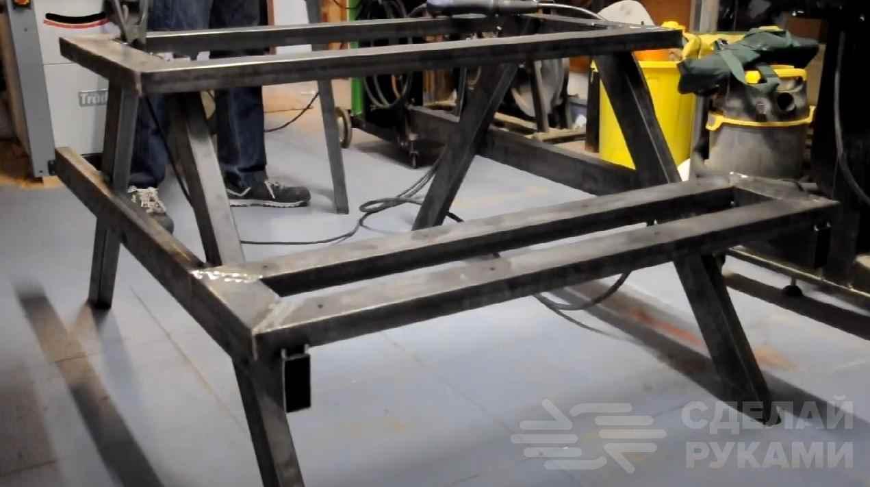 Идея для дачи: столик с лавочками из профтрубы и досок