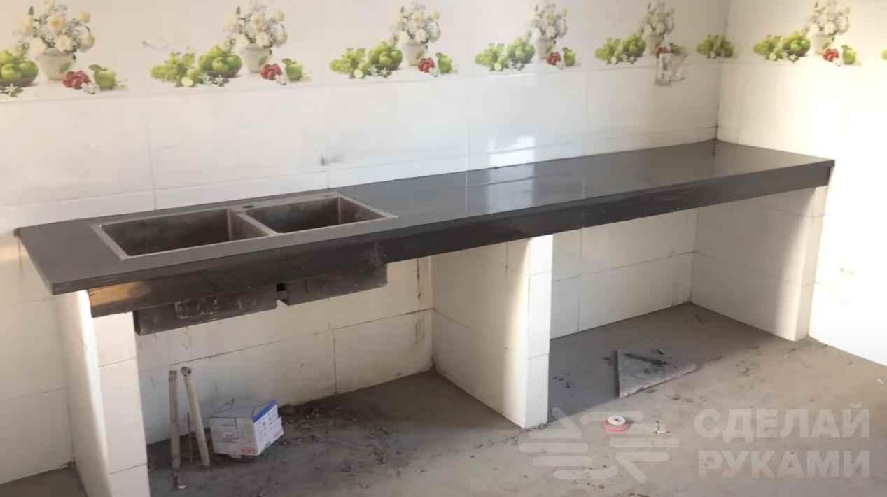 Кухонный рабочий стол, облицованный керамогранитом